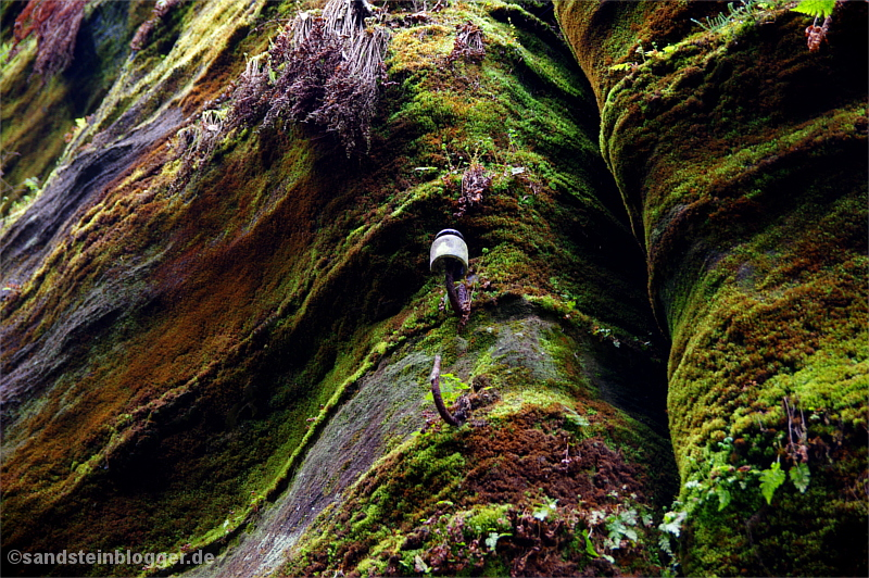 Kaputter Stromisolator an einem Felsen
