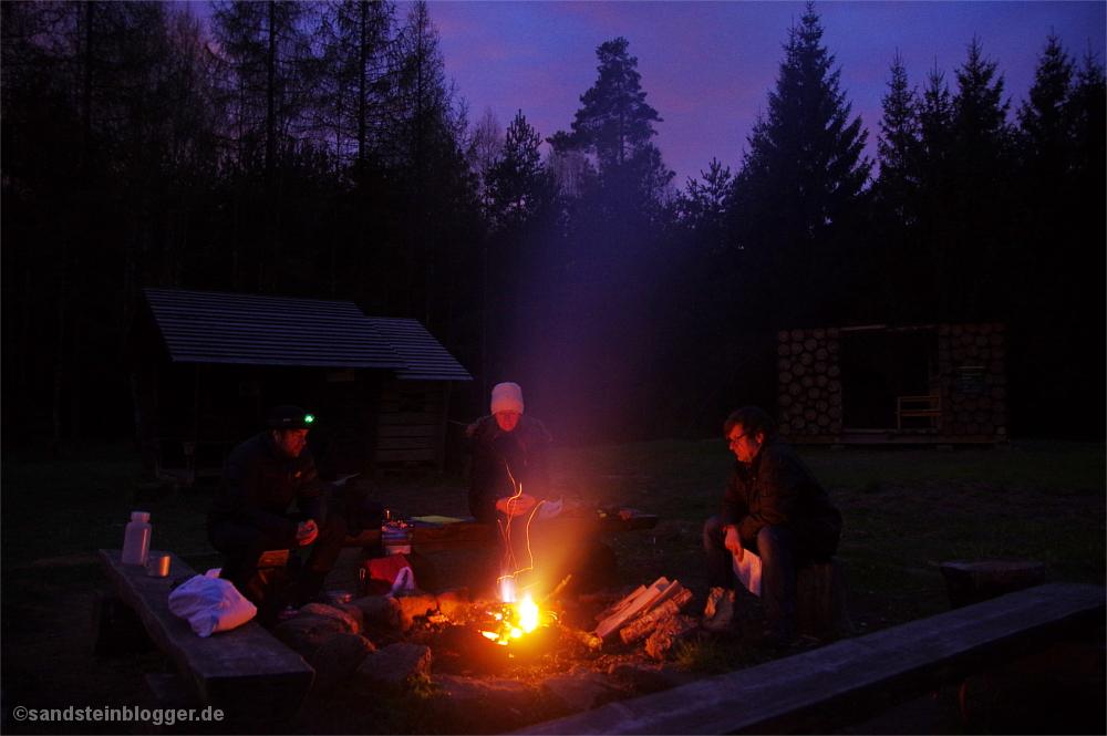 Drei Wanderer am Lagerfeuer, Abendstimmung