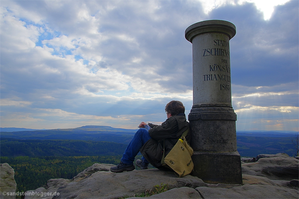 Auf der Aussicht des Großen Zschirnsteins, Mann blickt in die Ferne