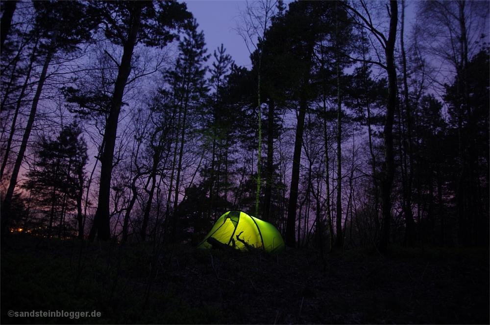 Von innen beleuchtetets Zelt im nächtlichen Wald