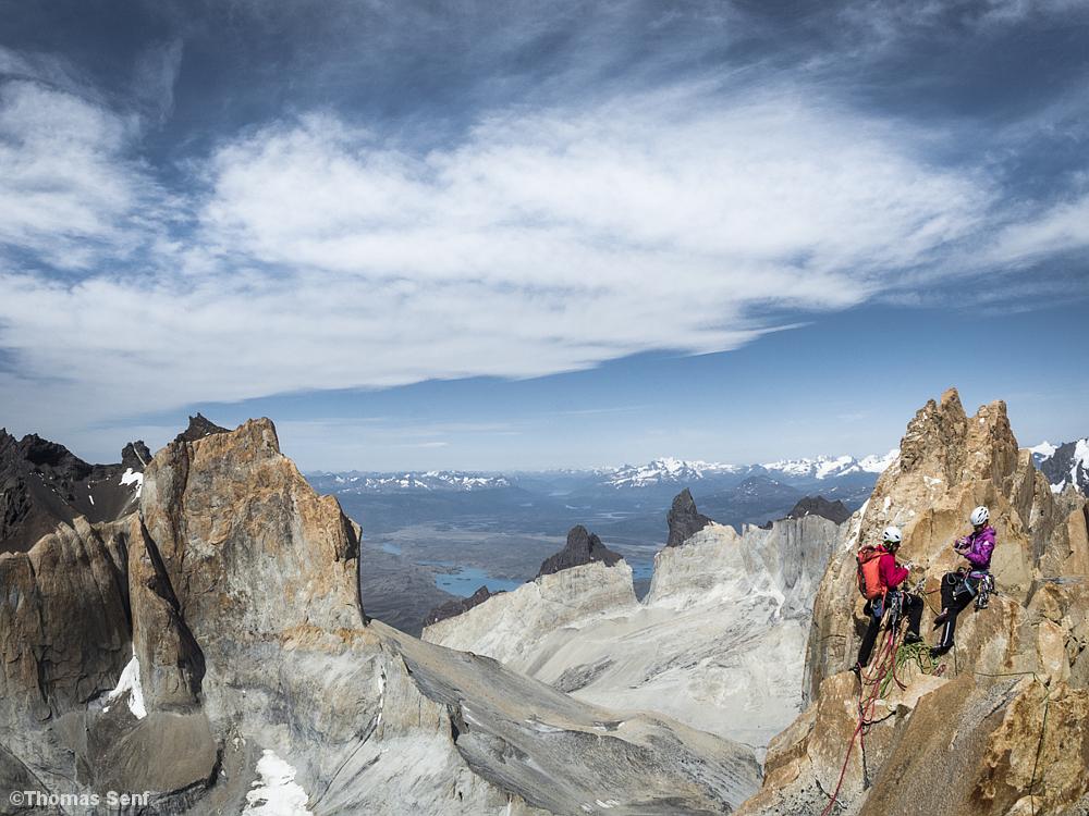 Berglandschaft Patagonien, zwei Frauen auf dem Gipfel des Torre Central
