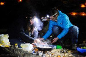 Zwei Frauen, die Steak braten
