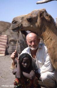 Mann mit Mädchen und Kamel