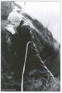 Kind mit Wäscheleine beim Klettern
