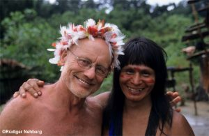 Nehberg mit Federschmuck und Arm in Arm mit einem Indianer