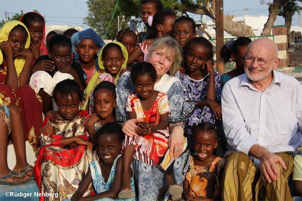 Gruppe afrikanischer Mädchen mit Annette und Rüdiger Nehberg