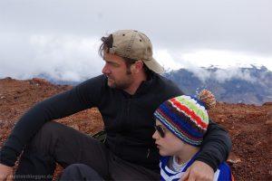 Mann und Junge vor Berglandschaft
