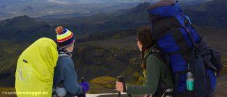 Frau und Junge vor Berglandschaft