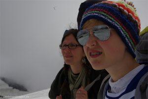 Frau und Junge im Schnee