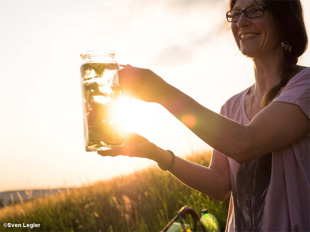 Frau mit Glaskrug