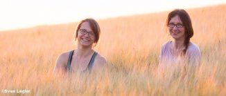 Zwei Frauen im Kornfeld