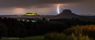 Blitz mit Tafelberg im Vordergrund
