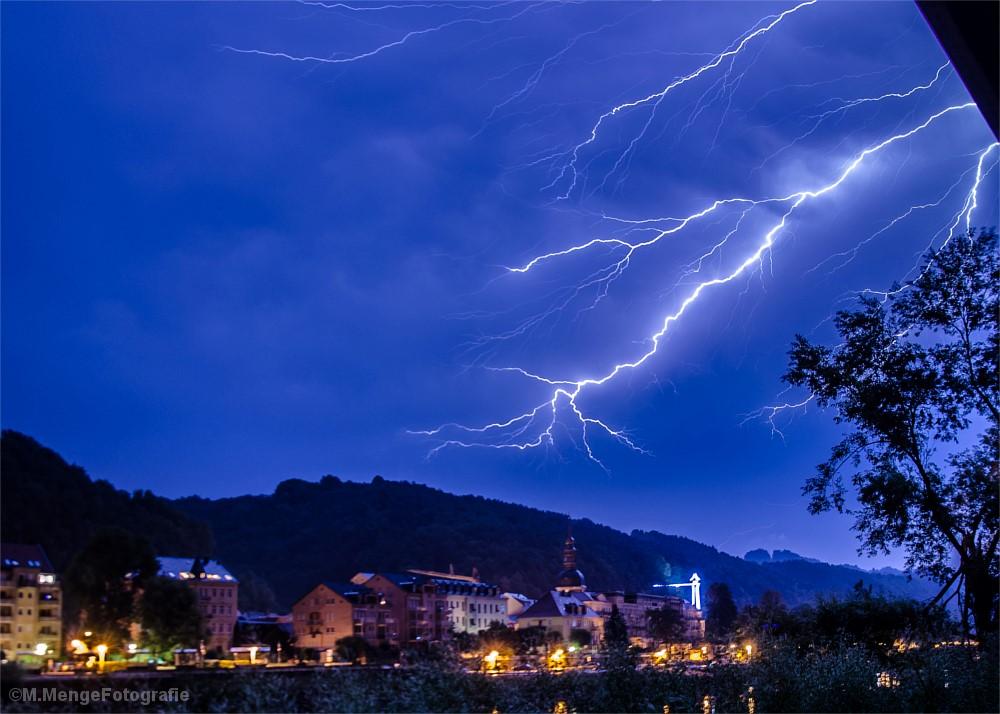 Blitz über einer Brücke