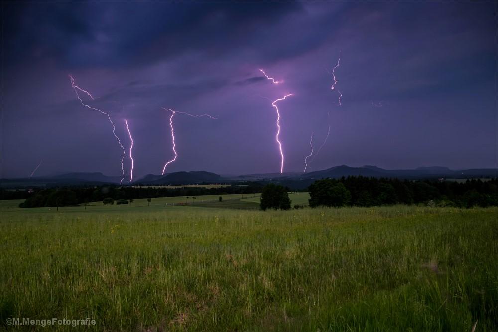 Blitze über einem Feld