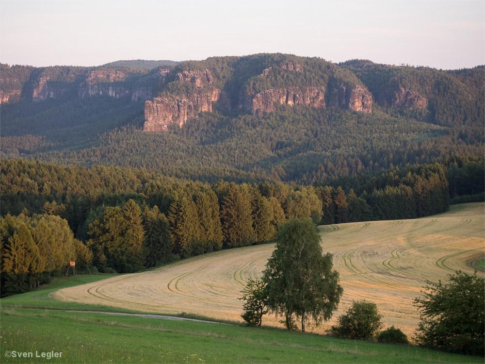 Feld, Wälder, Felsmassive