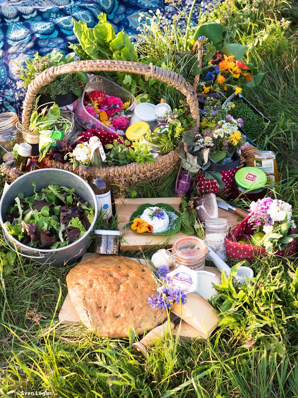 Blumensträuße, Kräuter, Schinken, Ziegenfrischkäse und andere Zutaten