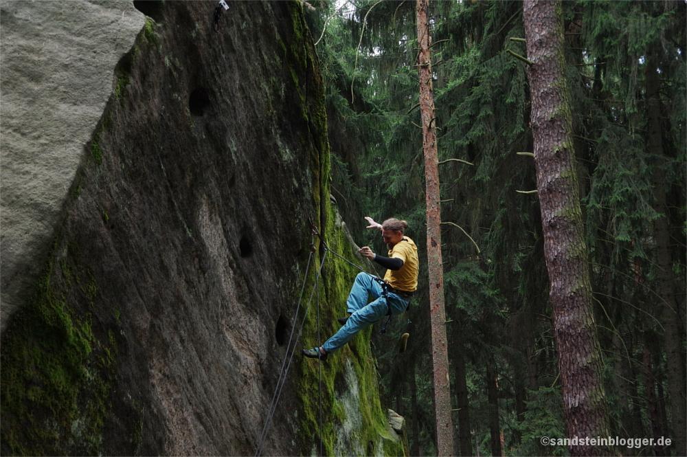 Mann fällt beim Klettern ins Seil