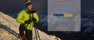 Mann mit Kamera an verschneitem Berghang