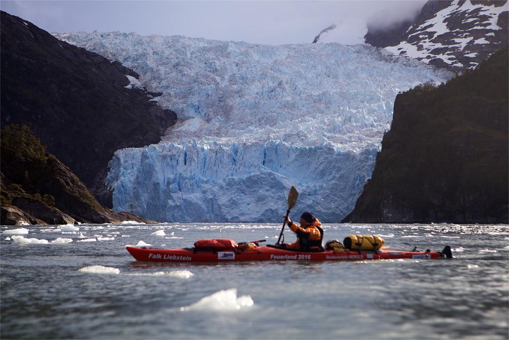 Kajakfahrer vor Gletscherzunge
