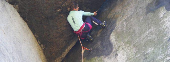 Kletterin unter Felsdach