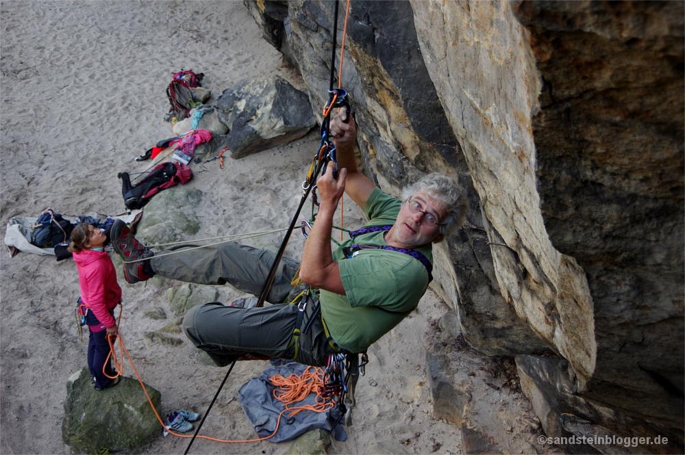 Mann hangelt mit Steigklemmen am Seil hoch