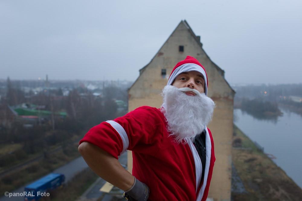 Weihnachtsmann im Portrait vor dem Lindenauer Hafen