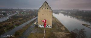 Weihnachtsmann auf dem Hochseil