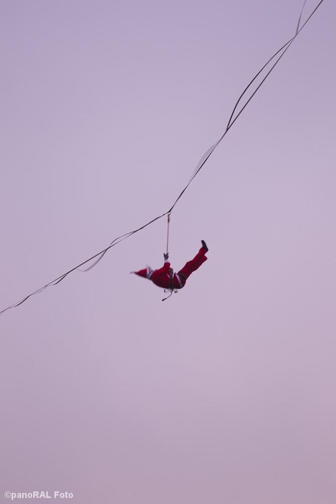 Weihnachtsmann hängt in seiner Seilsicherung