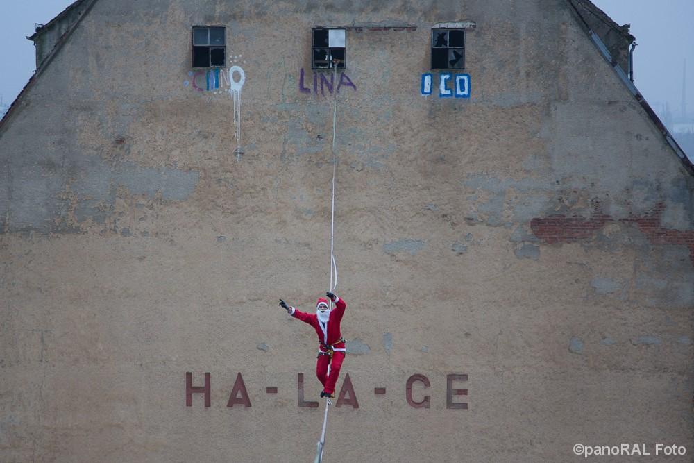 Weihnachtsmann fontal auf Highline