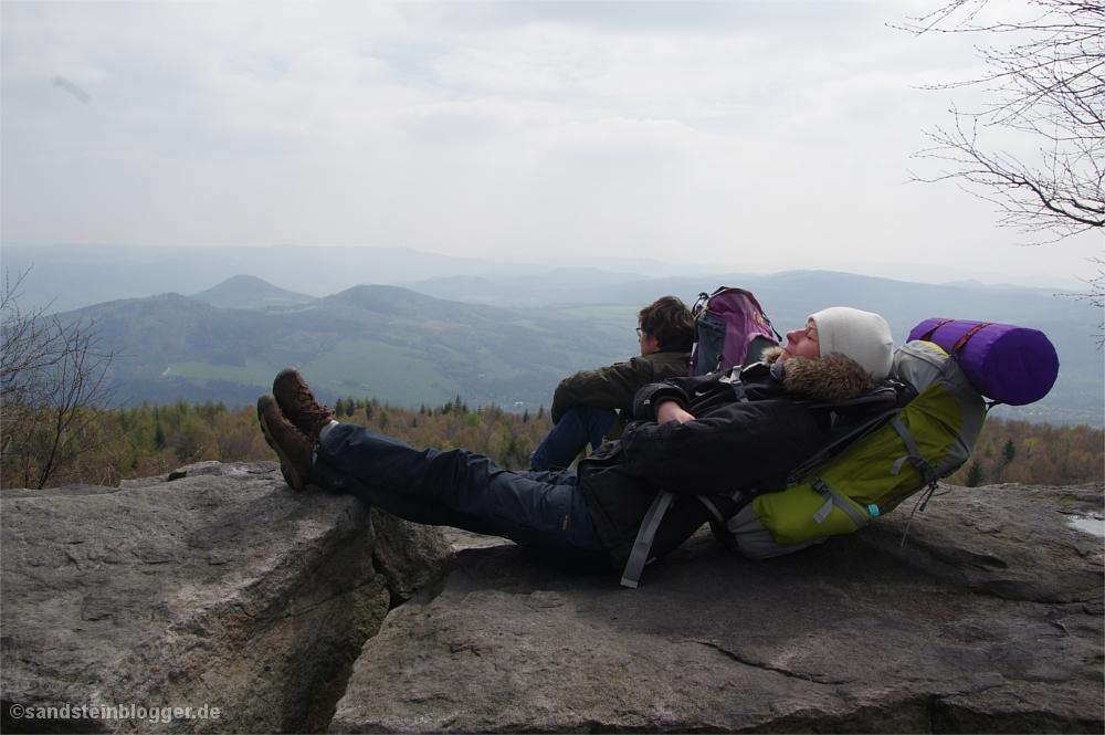 Man und Frau ruhen sich auf Felsplateau aus