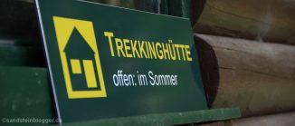 Hinweistafel mit Aufschrift Trekkinghütte