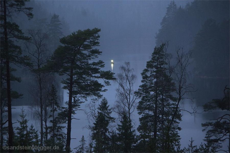 Einsames Licht auf einem dunklen See
