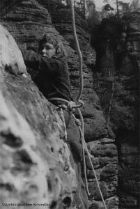 Kletterin in der Sächsischen Schweiz