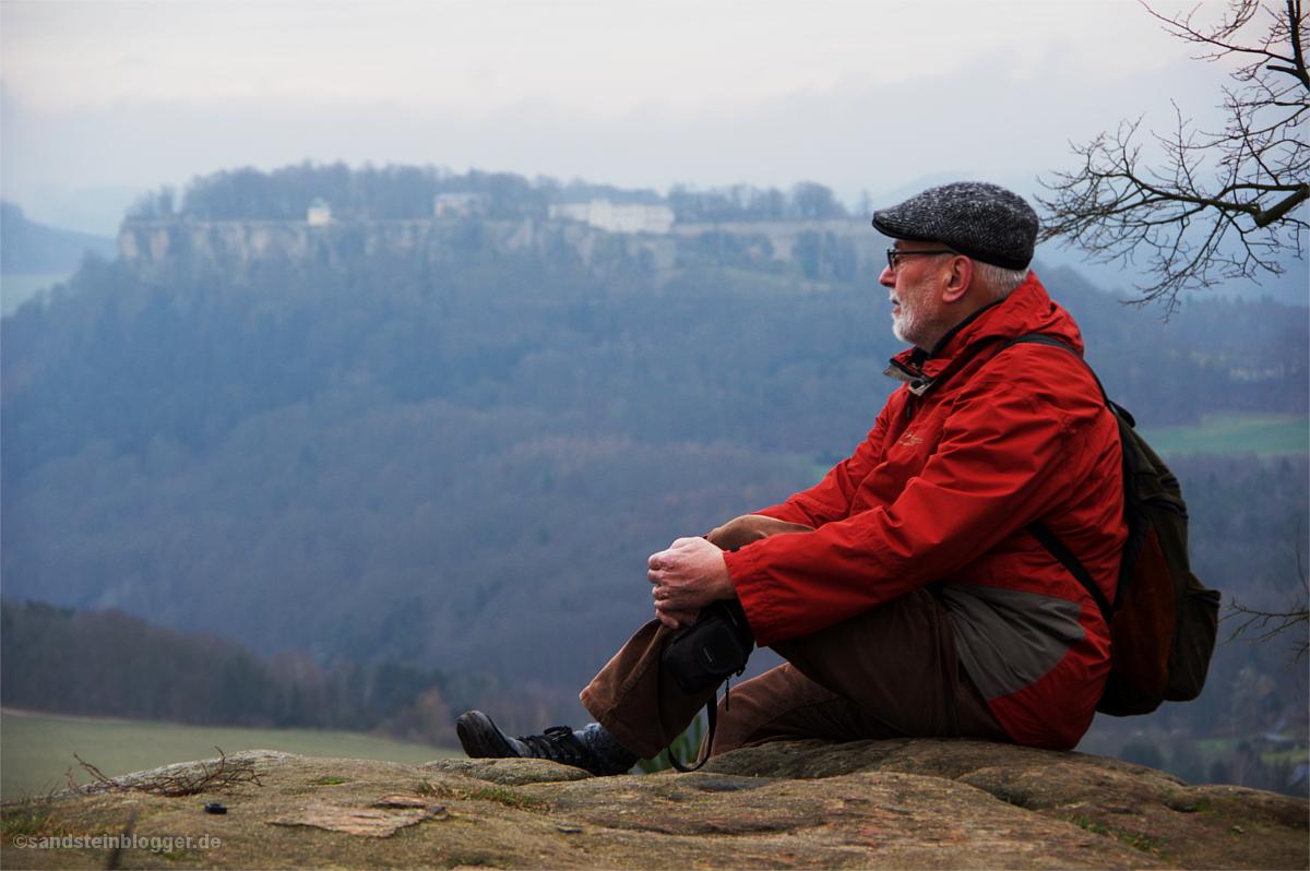 Mann auf Aussicht, im Hintergrund die Festung Königstein