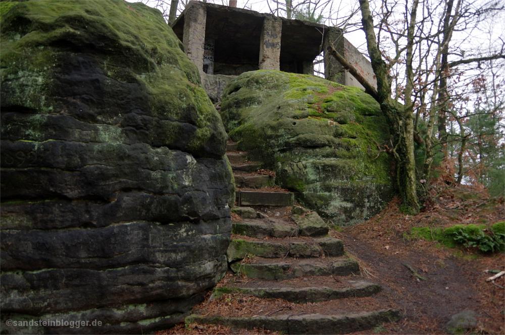 Wirtshausruine, alte Treppen und Fundamente