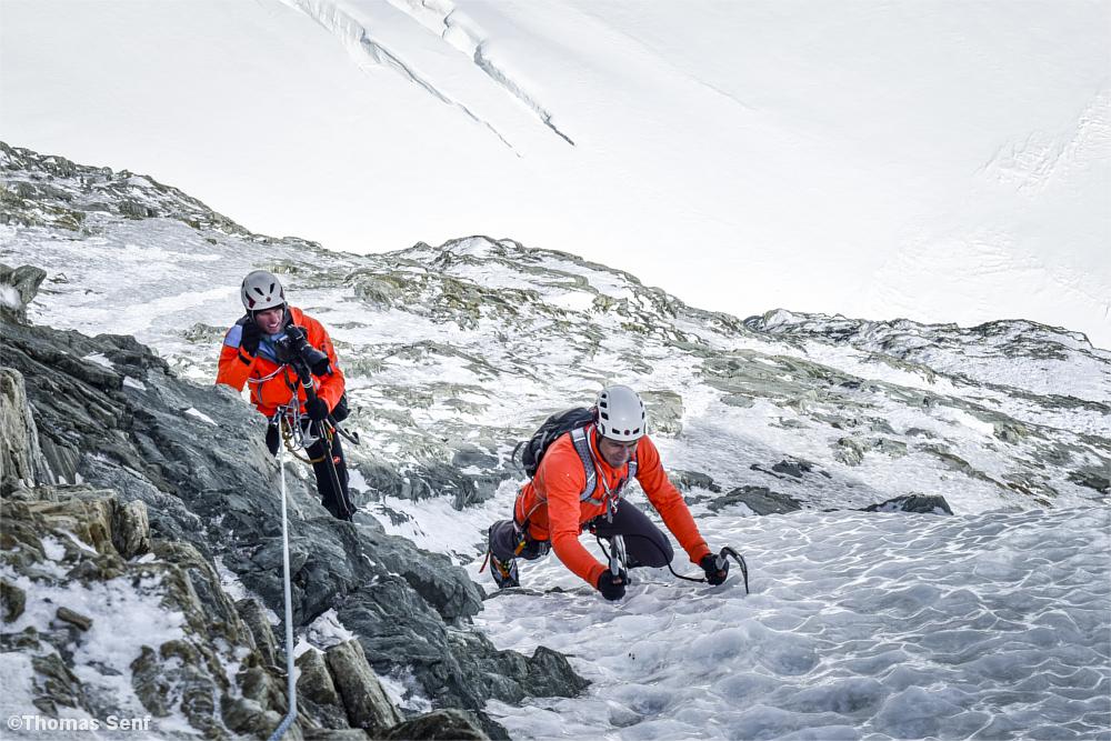 Fotograf und Kletterer an einer Eiswand