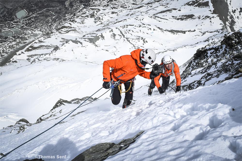 Kletterer und Fotograf an einer Eiswand