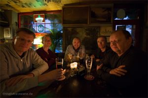 Männer mit Biergläsern in der Kneipe