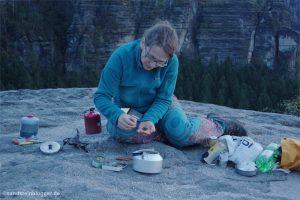 Frau mit Teekanne auf Felsplateau