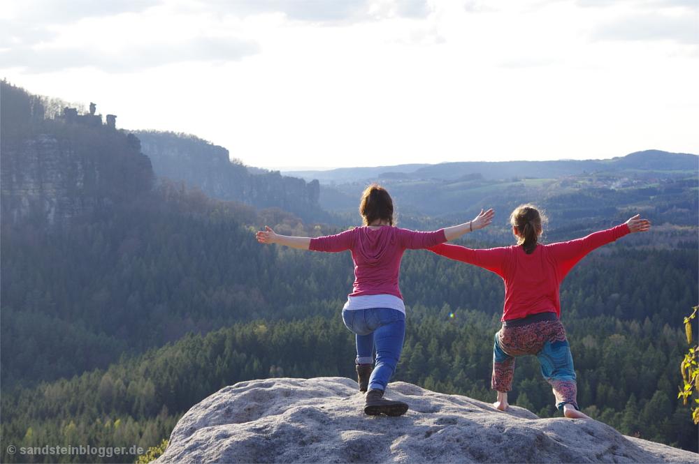 Zwei Frauen beim Yoga