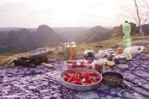 Decke mit Erdbeeren und Tellern