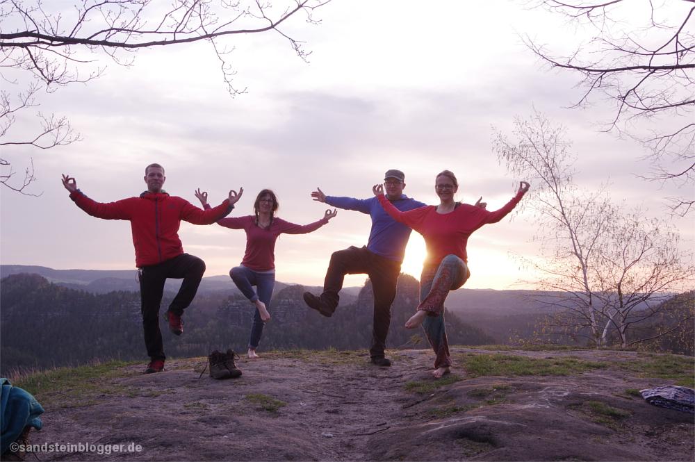Zwei Frauen und zwei Männer beim Yoga