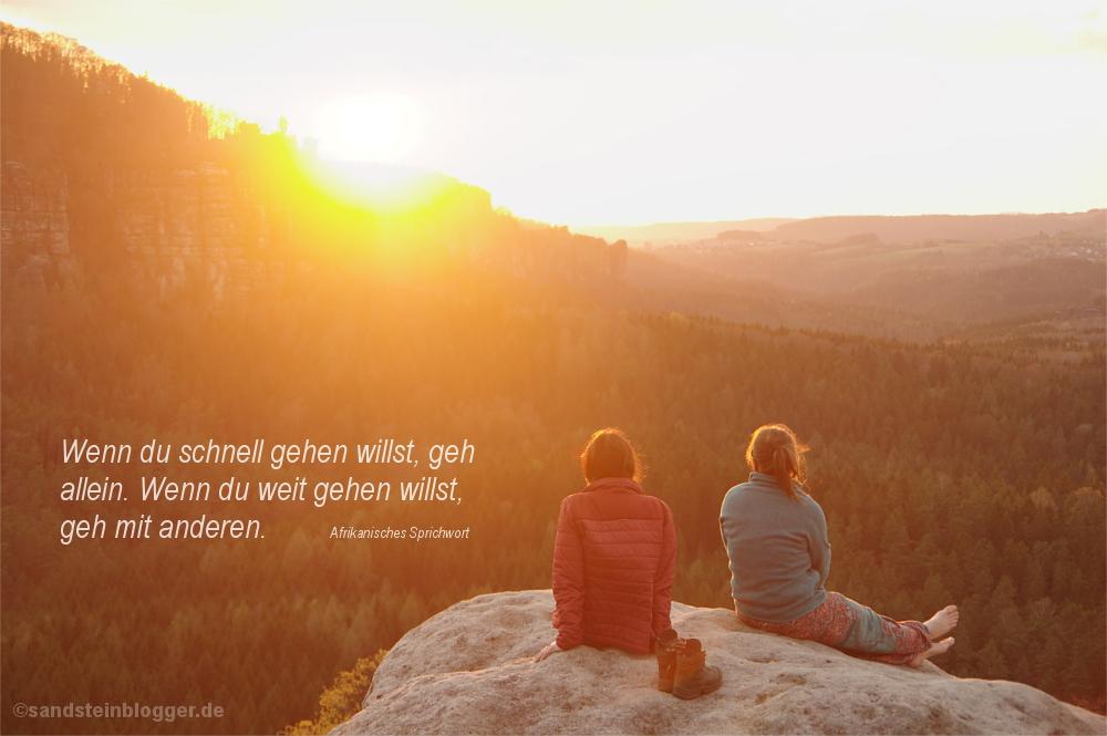 Zwei Frauen im letzten Abendlicht auf einer Aussicht in der Sächsischen Schweiz