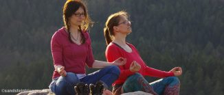 Zwei Frauen beim Meditieren