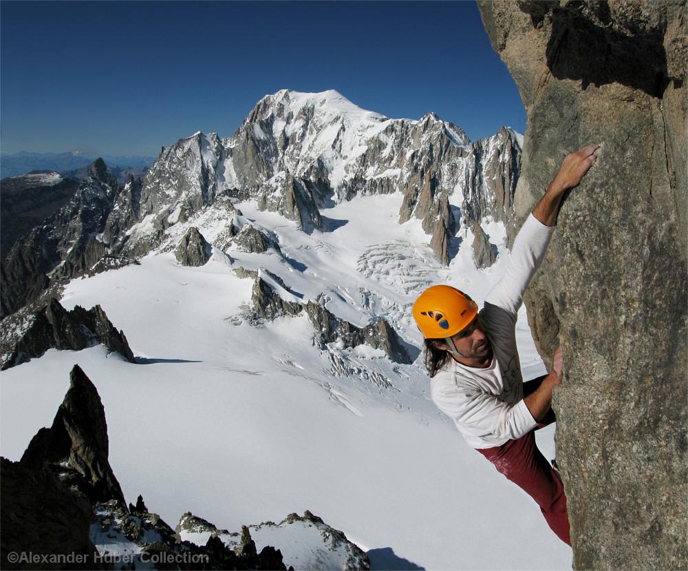Kletterer ungesichert am Fels über vergletscherter Landschaft