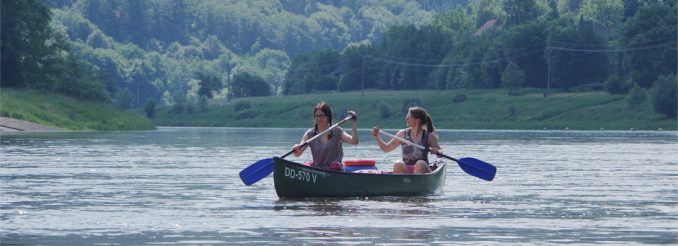 Zwei Frauen im Kanu