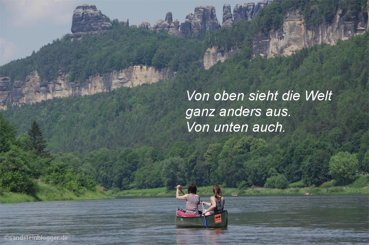 Felsgruppe, darunter ein Fluss und zwei Frauen im Kanu