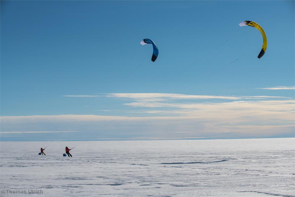 Zwei Snowkites auf dem grönländischen Inlandeis
