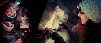 Zwei Frauen, eine hält sich ein Räuchergefäß unter die Nase, die andere rührt in einer dampfenden Pfanne herum