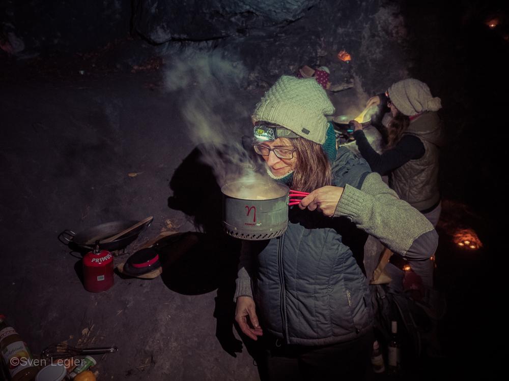 Zwei Frauen beim Kochen in einer Felshöhle